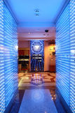 有桌的明亮和时兴的赌博娱乐场 库存照片
