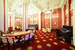 有桌的明亮和时兴的赌博娱乐场 免版税库存照片