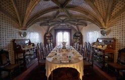 有桌的餐厅为客人到来服务 pe 免版税库存图片