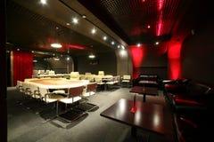 有桌的黑暗和时兴的赌博娱乐场 免版税图库摄影