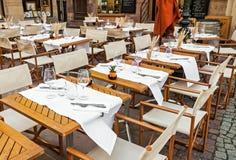 有桌集合的空的室外餐馆 免版税库存照片