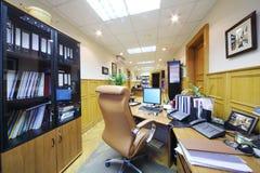 有桌面的,计算机,皮革扶手椅子轻的办公室 图库摄影