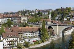 有桥梁、教会和河的老镇 库存照片