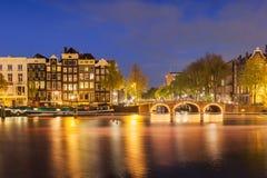 有桥梁和典型的荷兰房子的阿姆斯特丹运河 荷兰 库存图片