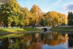 有桥梁和池塘的城市公园。 免版税库存照片