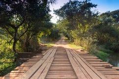 有桥梁的农村路 库存照片