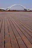 有桥梁的木平台在厦门 免版税图库摄影