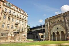 有桥梁的老城市房子 免版税库存图片
