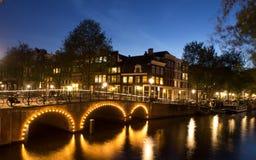 有桥梁的运河在阿姆斯特丹在晚上 库存照片