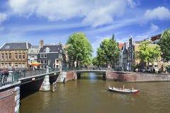 有桥梁的运河在阿姆斯特丹老镇。 免版税图库摄影