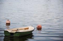 有桨的一条小船在湖停泊了 库存图片