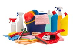 有桶刷子和橡皮刮板的大扫除设备incluided 库存图片
