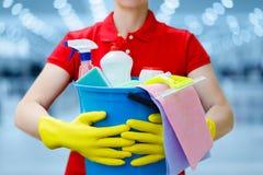 有桶和洗涤剂的清洁女工 库存图片