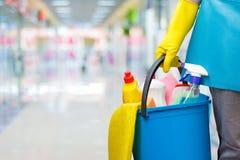 有桶和清洁产品的清洁女工 免版税库存照片