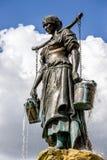 有桶的喷泉妇女 免版税图库摄影