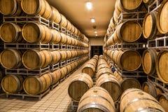 有桶的地窖酒存贮的  免版税库存照片