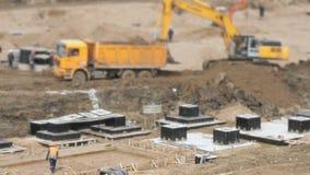 有桶的挖掘机推挤从泥的翻斗车 影视素材