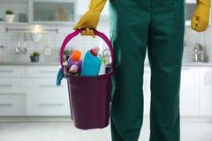 有桶的管理员洗涤剂在厨房里 r 库存图片