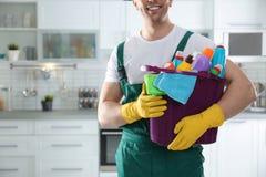 有桶的管理员洗涤剂在厨房,特写镜头里 免版税库存图片