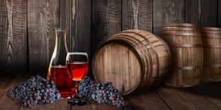 有桶的红葡萄酒玻璃瓶在葡萄园木头 库存图片