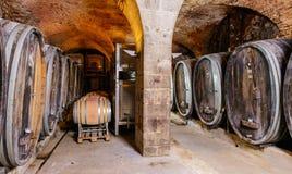 有桶的老葡萄酒库 库存图片