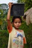 有桶的Sumbanese女孩 免版税库存照片