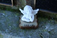 有梦想家天使的小雕象 免版税库存照片