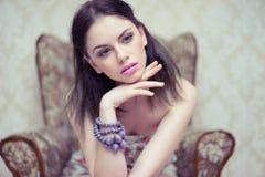 有梦想的神色的典雅的美丽的妇女 库存照片