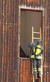 有梯子和氧气瓶的消防队员 免版税库存图片