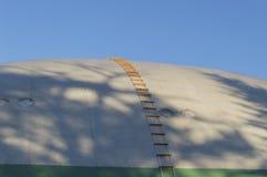 有梯子的一条软式小型飞艇 免版税库存图片