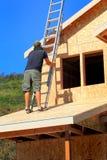 有梯子的木匠 免版税库存照片