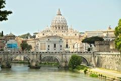 有梵蒂冈和圣皮特圣徒・彼得的台伯河河 库存照片