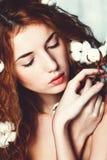 有棉树的美丽的女孩 免版税库存照片
