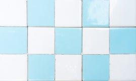 有棋样式的白色和蓝色休息室瓦片墙壁 库存图片