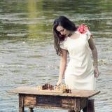 有棋的时髦的葡萄酒女孩 免版税库存照片