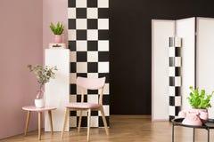 有棋盘墙壁的桃红色室 图库摄影