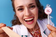 有棒棒糖的医生使用审查的小铲喉头 免版税库存图片