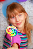有棒棒糖的女孩 库存图片