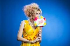 有棒棒糖的女孩 免版税库存图片