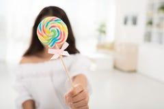 有棒棒糖的女孩 库存照片