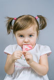 有棒棒糖的小女孩 库存照片