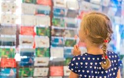 有棒棒糖的小女孩 免版税库存图片