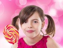 有棒棒糖的小逗人喜爱的女孩 库存照片
