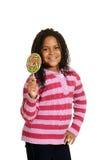 有棒棒糖的愉快的小女孩 免版税库存照片