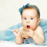 有棒棒糖的甜女婴 免版税库存图片
