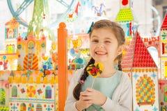 有棒棒糖的美丽的海明女孩在手上 免版税图库摄影