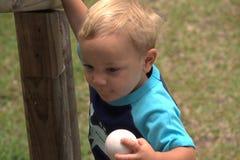 有棒球的小孩 免版税库存图片