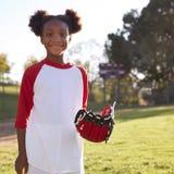 有棒球露指手套的年轻黑人女孩,微笑,方形的格式 免版税库存照片