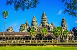 有棕榈和湖的,柬埔寨吴哥窟寺庙 库存照片