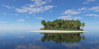 有棕榈树的热带海岛在多云天空下 免版税库存图片